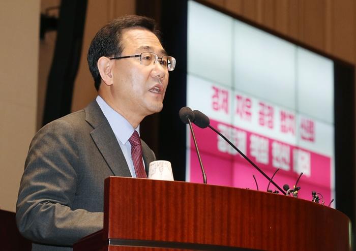 주호영 미래통합당 원내대표가 8일 서울 여의도 국회에서 열린 의원총회에서 발언을 하고 있다. /뉴시스