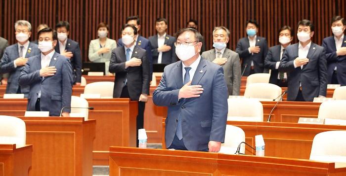 김태년 더불어민주당 원내대표를 비롯한 민주당 의원들이 지난 23일 오후 서울 여의도 국회에서 열린 의원총회에서 국민의례를 하고 있다. 민주당의 정당 지지율이 서울에서 미래통합당에 역전 당했다는 여론조사 결과가 발표되면서 민주당이 긴장하고 있다./뉴시스
