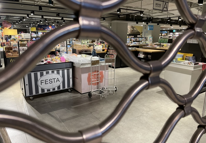 굳게 닫힌 철문 사이로 쌓인 책들이 보이지만 해당 공간에서 다시 고객을 만나기란 쉽지 않아 보인다. /목동=송대성 기자
